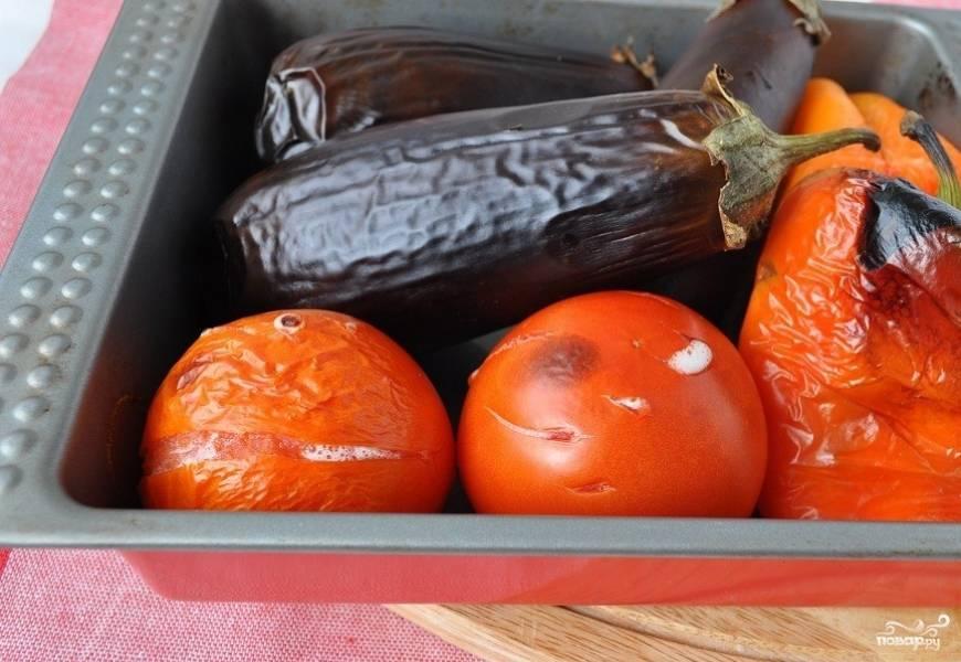1. Это простой рецепт армянского салата из печеных овощей, так давайте приступать! Помидоры наколоть вилочкой и поставить в духовку при т. 200 градусов, через 20 минут перец и помидоры вынем, а баклажаны оставим еще минут на 15.