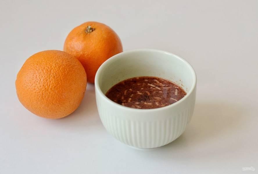 Для апельсинового соуса выжмите из апельсинов сок, должен получиться 1 стакан.  Затем смешайте апельсиновый сок, соевый соус, острый чили соус, кукурузный крахмал, измельченный чеснок и имбирь. Прогрейте соус в ковшике  на среднем огне, пока он не загустеет.