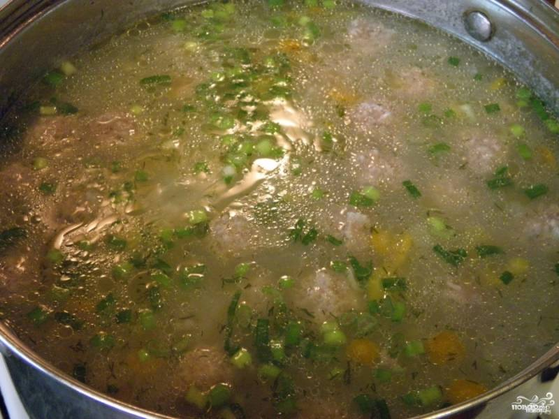 Заправьте суп зеленью – и через минутку выключайте. Суп с фрикадельками и рисом готов!