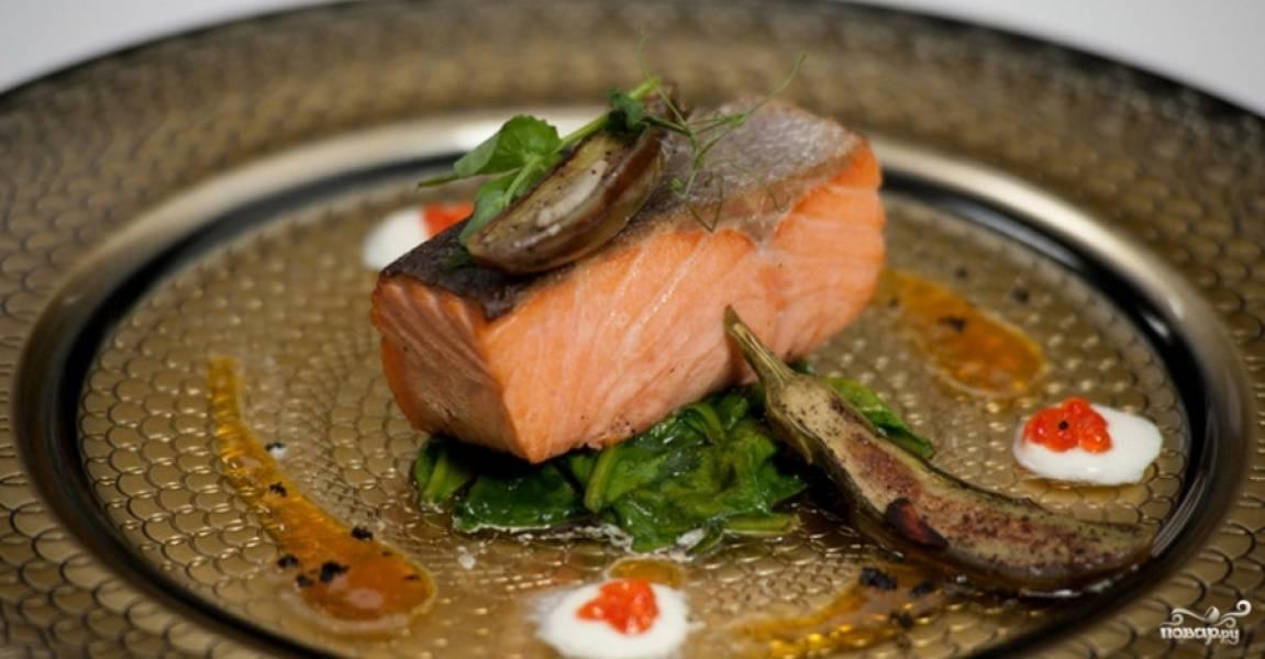 На шпинат положите рыбу. На неё — дольку баклажана, а вторую — рядом. Сверху натрите сухие оливки и украсьте кресс-салатом. Приятного аппетита!