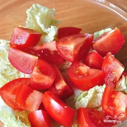 Капусту нарезаем крупно, помидоры - небольшими кубиками. Кладем в салатницу.