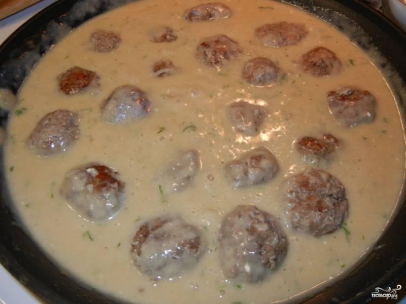 Выкладываем тефтели на сковороду. Готовим все вместе еще минут 5-7.  Готовые тефтели в собственном соку можно подавать с картофельным пюре или итальянскими макаронами. Приятного аппетита)