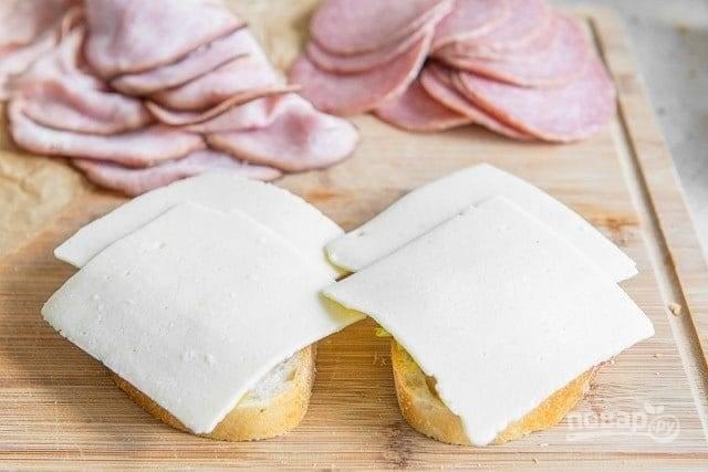 5. Сверху выложите сыр.