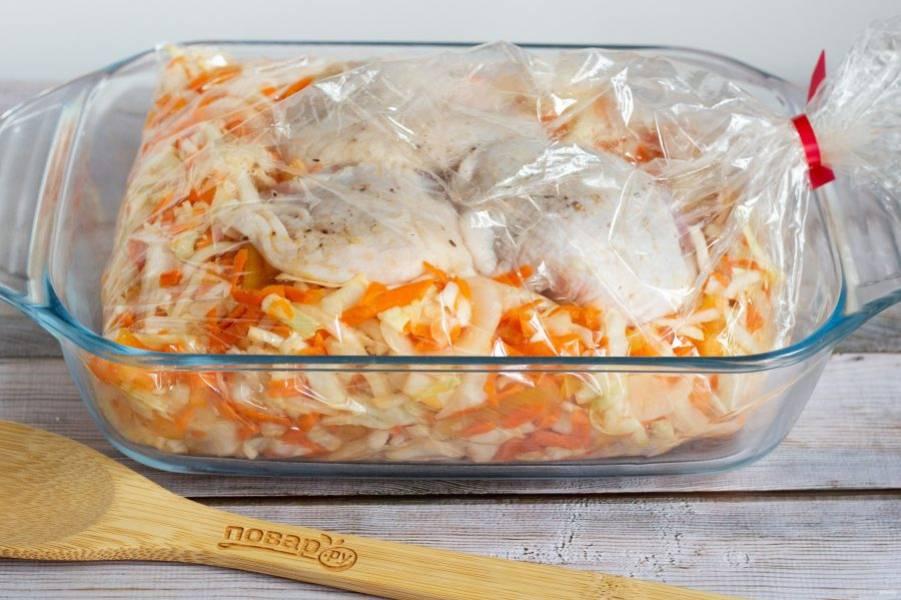Затем на овощи выложите куриные бедра, завяжите рукав ниткой, сверху сделайте несколько проколов ножом или вилкой. Переложите рукав в форму для запекания и поставьте в разогретую до 190 градусов духовку на 50-60 минут.