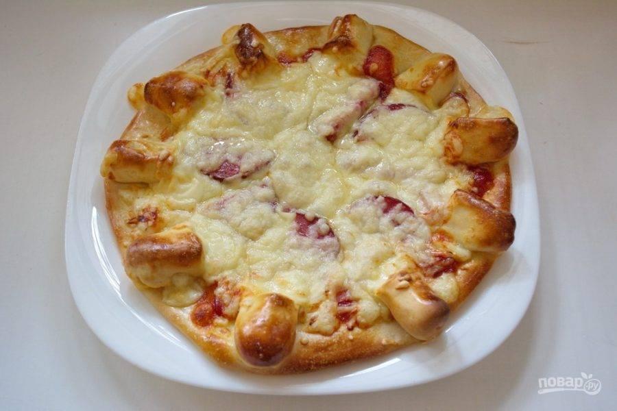 Разогрейте духовку до 200 градусов. Выпекайте пиццу в духовке 20-25 минут. С оставшимся кусочком теста проделайте ту же процедуру. У вас получится две пиццы диаметром 20-22 см.