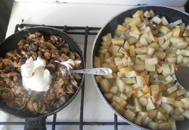 Картошку жарим сначала на сильном огне, чтобы корочка была золотистая. К грибам добавляем специи и сметану, воды пол стакана, тушим до кипения.