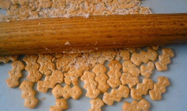 1. Печенье измельчаем в крошку.