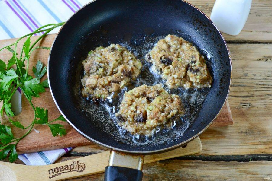 Из полученной овощной массы сформируйте небольшие котлетки, выложите их на сковороду с разогретым растительным маслом. Готовьте котлетки на медленном огне по 3-5 минут с каждой стороны.
