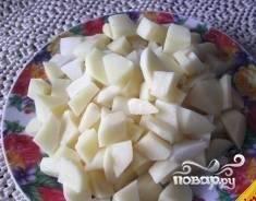 Нарезаем картошку и добавляем в бульон. Теперь добавим ложку риса