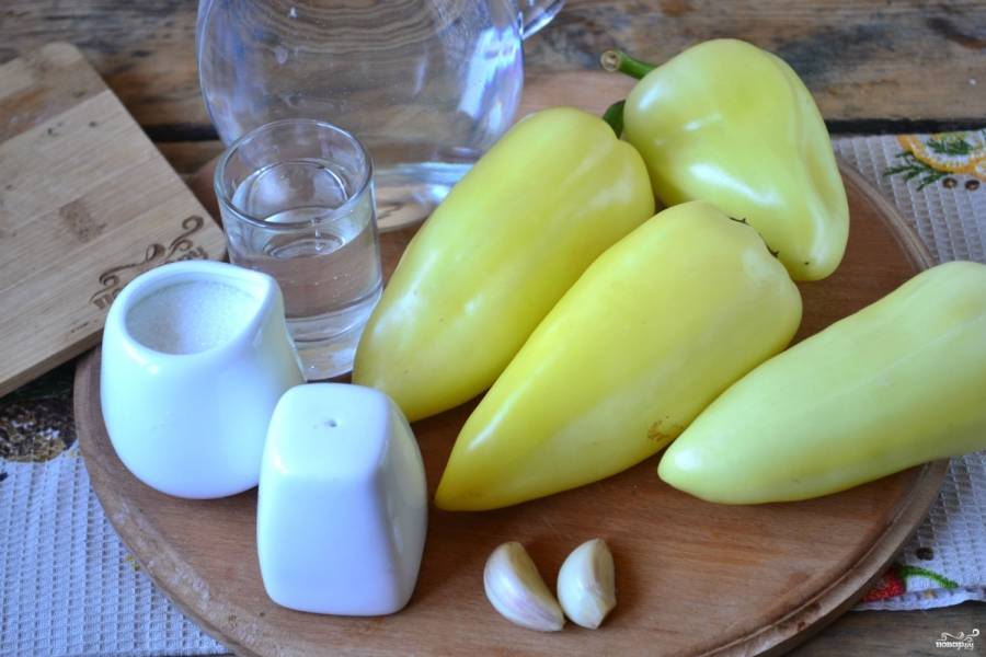 Подготовьте все необходимые ингредиенты. Сладкий перчик очистите от семян и плодоножки и хорошенько промойте под проточной водой.