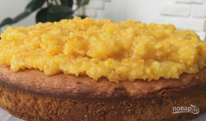 11. На остывший бисквит ровным слоем выложите апельсиновую начинку. Получается невероятно ароматный и аппетитный пирог с нежным бисквитом.