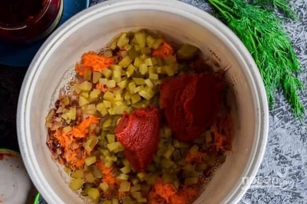 """5. Готовый бульон процедите и перелейте пока в кастрюльку. В чашу тем временем налейте масло, установите программу """"Жарка"""". Выложите лук с морковью, обжаривайте его минут 5, помешивая. После добавьте огурчики и жарьте еще 5 минут. В конце добавьте томатную пасту."""