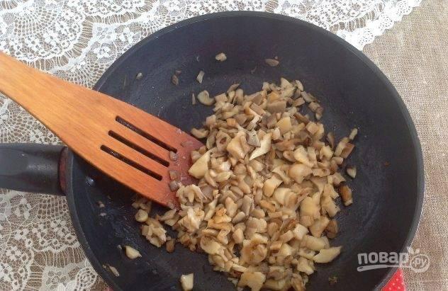 Обжарьте грибы на сливочном масле с солью до румяного цвета.