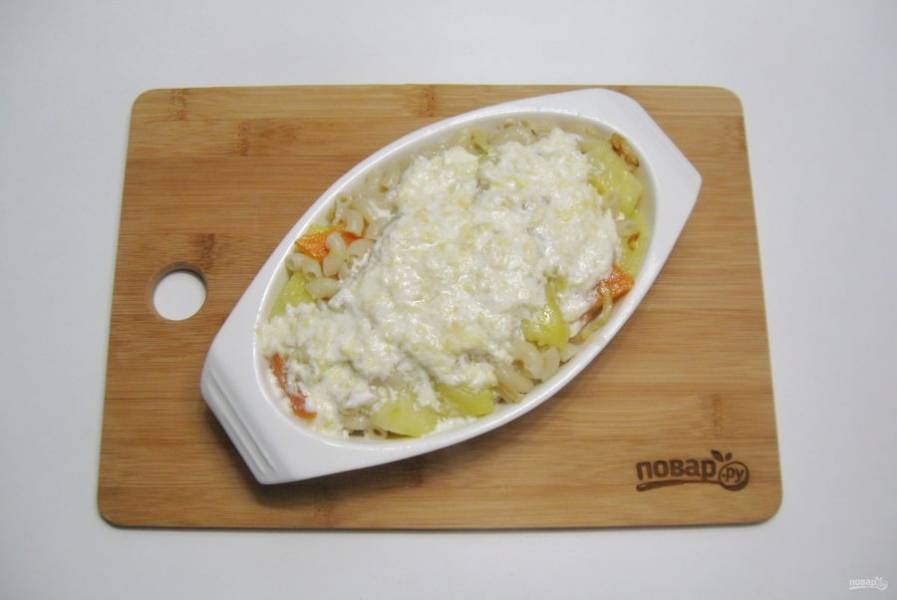 Залейте приготовленным сырным соусом и отправьте в духовку, разогретую до 190 градусов на 10 минут.