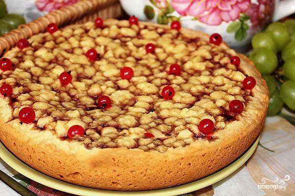 """Установила режим """"Выпечка"""", время — 1 ч. 20 минут. Как только пирог приготовится, необходимо достать чашу и дать массе остыть (минут 10). После этого выпечка легко достается и не рассыпается. Украшаем пирог ягодой при подаче. Приятного аппетита!"""