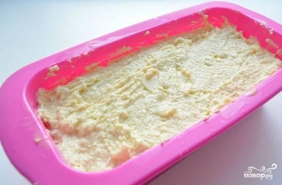 Разогрейте духовку до 160 градусов. Смажьте форму для выпечки сливочным маслом. Выложите туда тесто, украсьте его парой долек яблока, а также присыпьте сахаром.