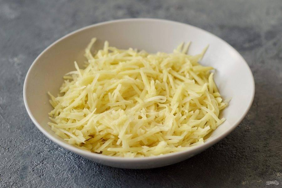 Картофель помойте, очистите и натрите на крупной терке.