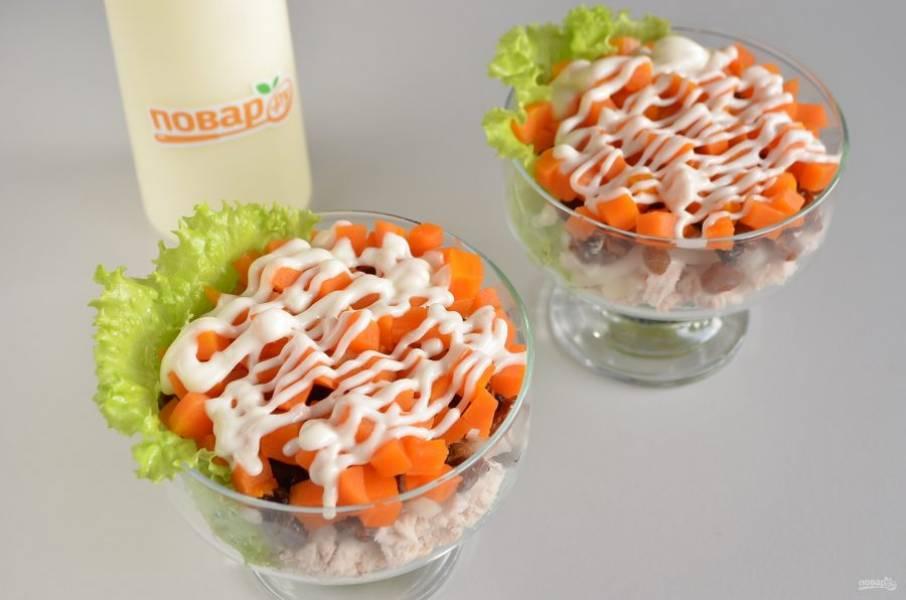 6. Далее — морковный слой, соль, перец и майонезная сеточка.