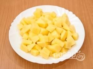 Нарежьте овощи. Почистите картофель, нарежьте его кубиками. Морковь потрите, а лук нарежьте кубиками. От щавеля отрежьте стебли и крупно нарежьте. Зелень измельчите.