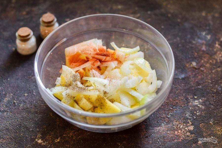 Всыпьте соль, перец, паприку. По желанию можно добавить в картофель разные специи по своему вкусу.