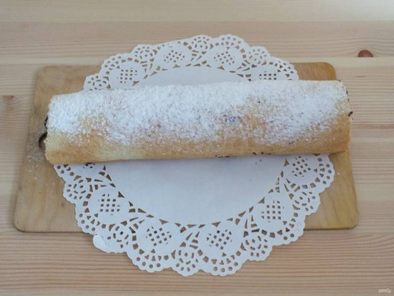 По истечении времени, с рулета снимите пергамент и посыпьте сахарной пудрой.