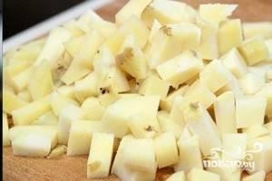 3.Картофель очищаем, нарезаем кубиком и отвариваем (или отвариваем целиком, после чего чистим и нарезаем кубиком).