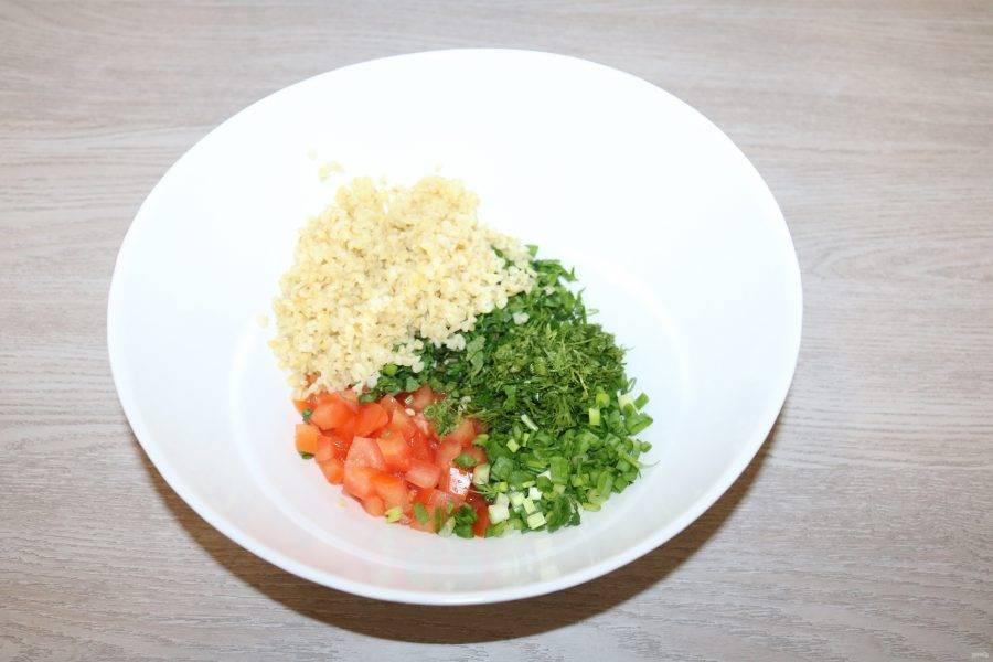 Если осталась вода в запаренном булгуре, слейте её. В салатнике соедените зелень, нарезанный помидор, булгур.