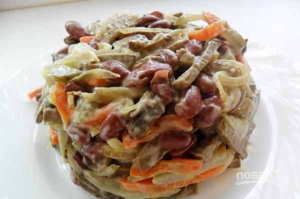 Добавьте печень к остальным ингредиентам и заправьте салат майонезом, посолите по вкусу и тщательно перемешайте. Поставьте салат на несколько часов в холодильник и затем подавайте к столу.