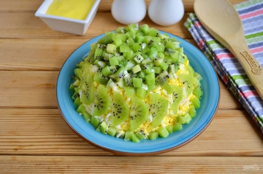 И последний слой — порезанные кубиками киви. Салат отправьте в холодильник на часик для пропитки. Готово! Приятного аппетита!
