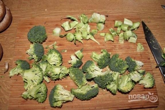 Разделяем брокколи на небольшие соцветия, а толстую часть отрезаем и мелко рубим.