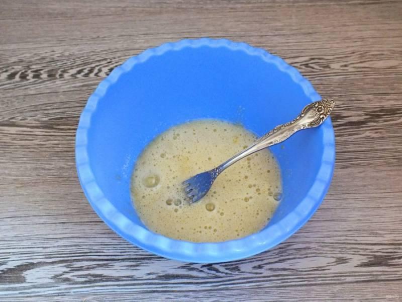 Разбейте 1 яйцо в чашу, добавьте сахар и размешайте вилкой.
