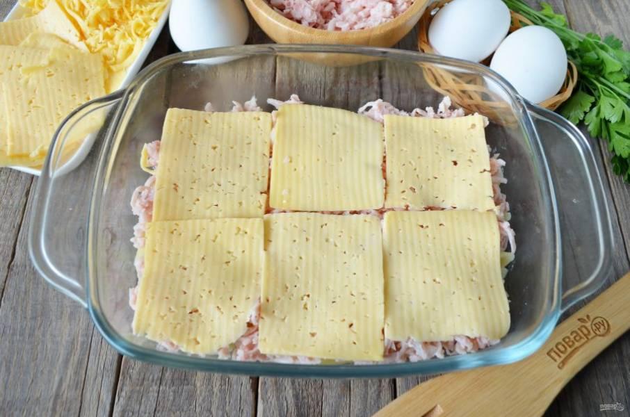 Положите квадратики сыра.