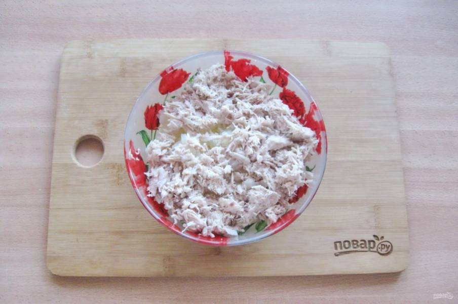 Отварную курицу измельчите в мясорубке или блендере. Добавьте в капусту.