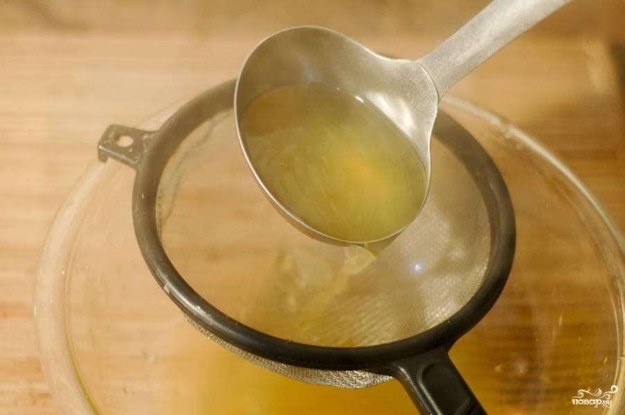 Дуршлагом уберите все овощи. Слейте вегетарианский бульон в чашку через сито, чтобы не осталось никаких остатков овощей. Видите, как просто приготовить вегетарианский бульон дома.
