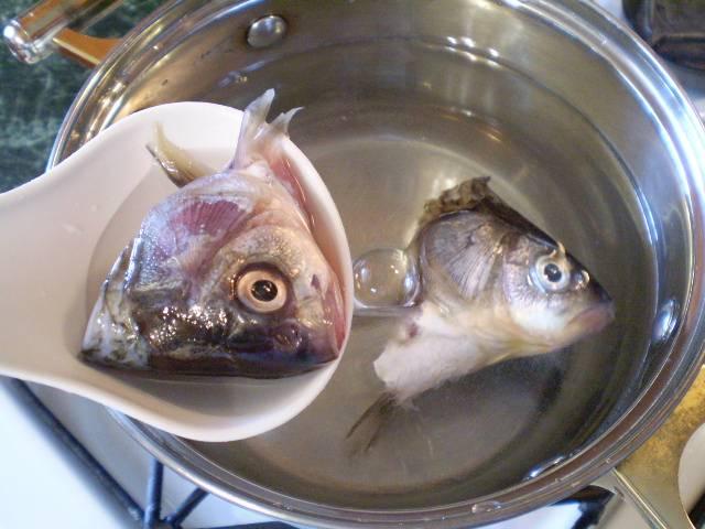 3. В холодную соленую воду кладем рыбные головы и варим 10 минут.