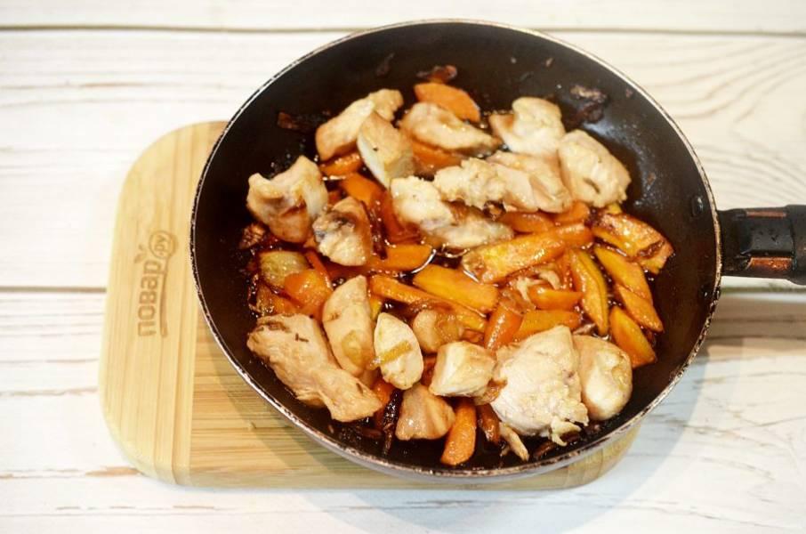 6. Добавьте в сковороду и обжаривайте все 5 минут, добавьте чуть-чуть воды и потушите еще минут 5.