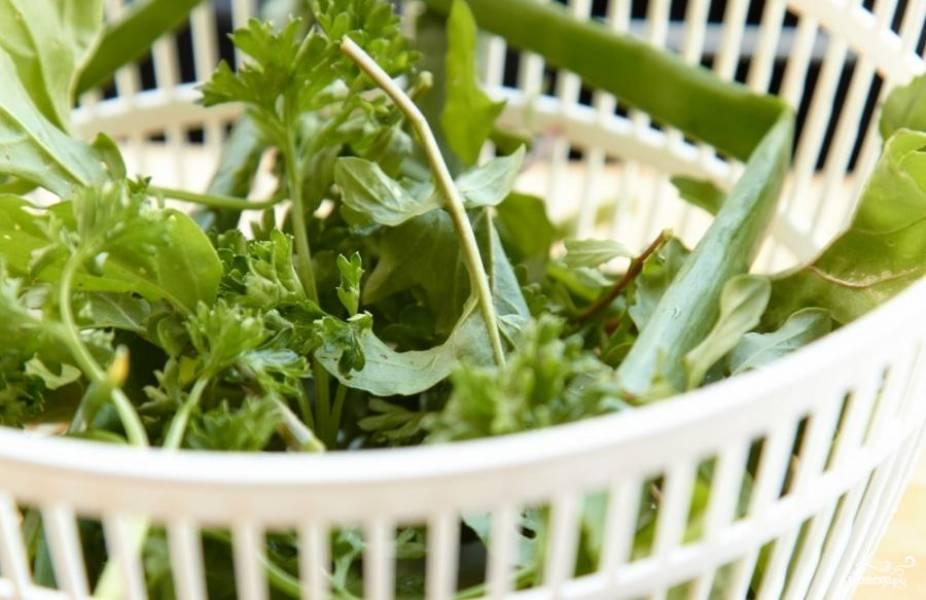 Зелень необходимо хорошенько промыть и обсушить. Можно использовать любую зелень, которая нравится или есть под рукой - базилик, кинза, петрушка, укроп, руккола, зеленый лук и т.д.