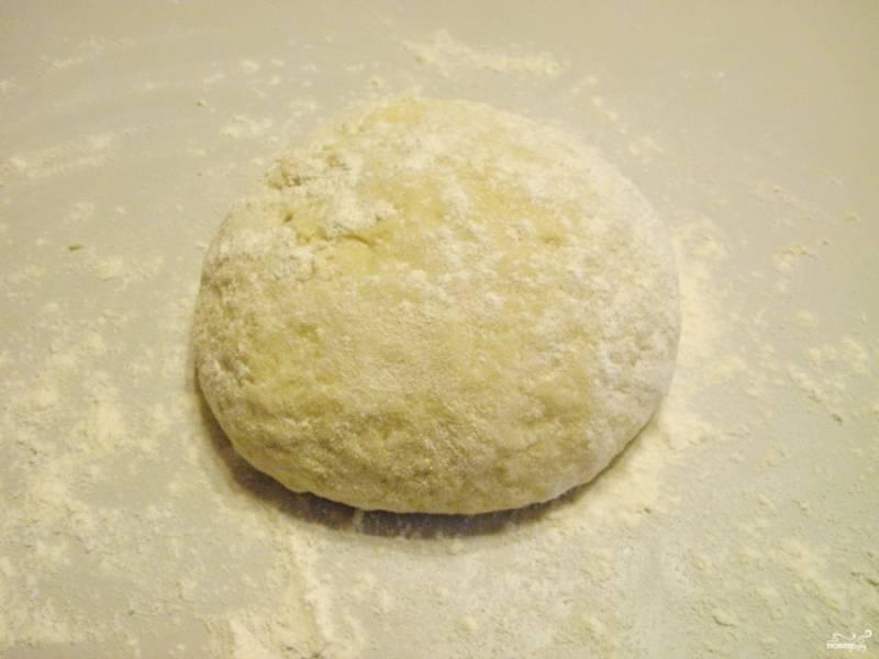Когда тесто станет довольно густым, притрусите стол мукой и продолжайте замешивать тесто. Не стоит делать его слишком крутым. Как только оно перестанет липнуть к рукам — готово.