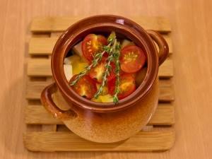 На помидоры кладем по 3 веточки тимьяна. Заливаем все водой, так чтобы покрылись помидоры. Закрываем горшочки крышками и отправляем в духовку на 1 час, температура 180 градусов.