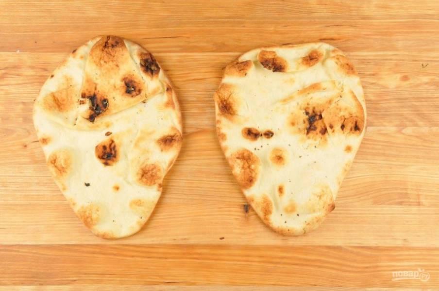3. В это же время запекайте лепёшки в духовке при 230 градусах в течение 4-х минут.