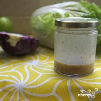 4. Чтобы приготовить заправку, смешать горчицу, яблочный уксус, кленовый сироп и растительное масло в банке. Добавить соль и перец, закрыть банку и хорошо потрясти, чтобы все ингредиенты тщательно перемешались.