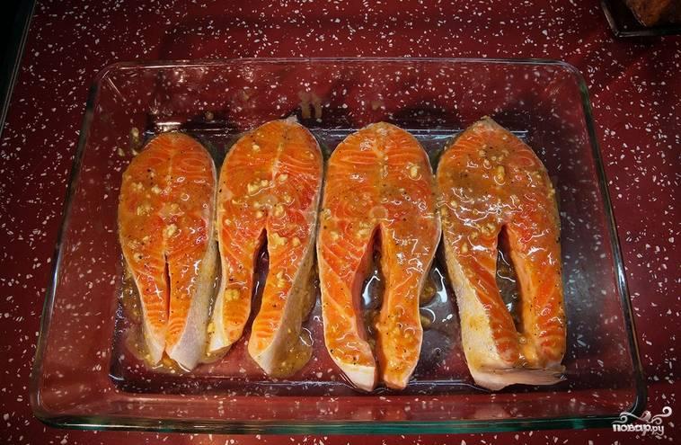 Смажьте рыбу соусом. Оставьте её на 30 минут. Затем запекайте в духовке 40 минут при температуре в 180 градусов.