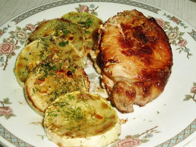 14. Свинина с помидорами на сковороде в домашних условиях может быть подана с любимым гарниром или овощами.