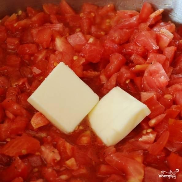 Как только помидоры начнут булькать, добавляем в кастрюлю немножко сливочного масла.