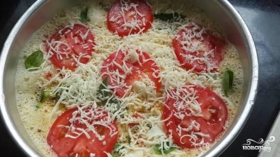 3.В форму для запекания складываем все овощи, разравниваем равномерно и заливаем яичной смесью, оставшийся помидор моем и нарезаем тонкими кружочками, выкладываем сверху, украшаем листьями базилика и тертым пармезаном.