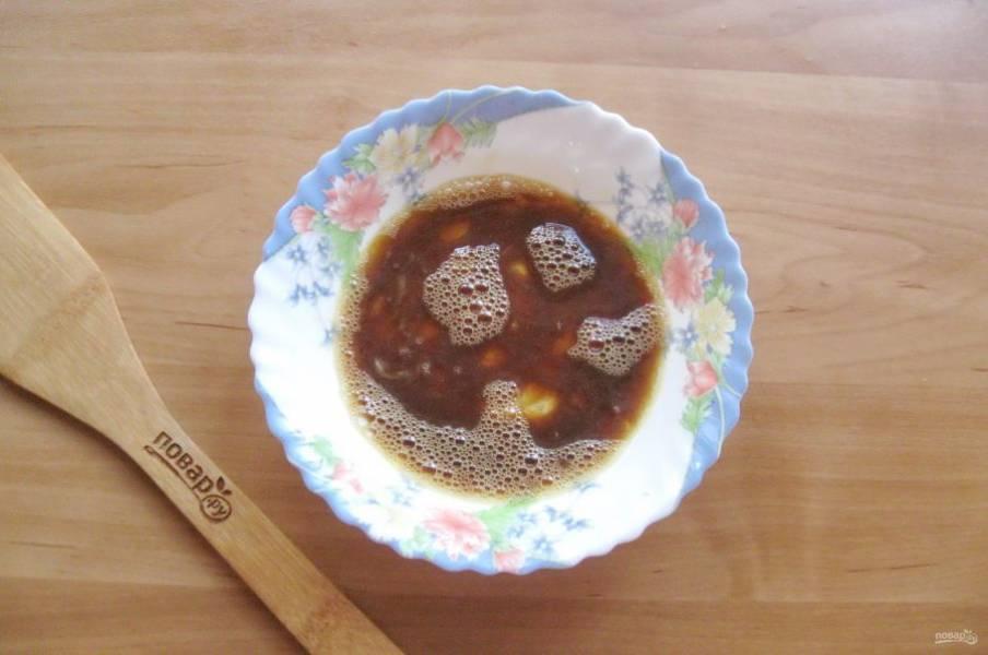 Налейте соевый соус и перемешайте.