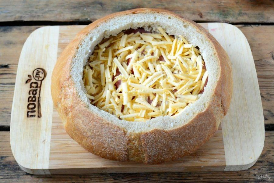 Сверху смажьте 1 ст. ложкой майонеза и присыпьте тертым сыром. Сыр можно натирать как на крупной, так и на мелкой терке, это не принципиально.