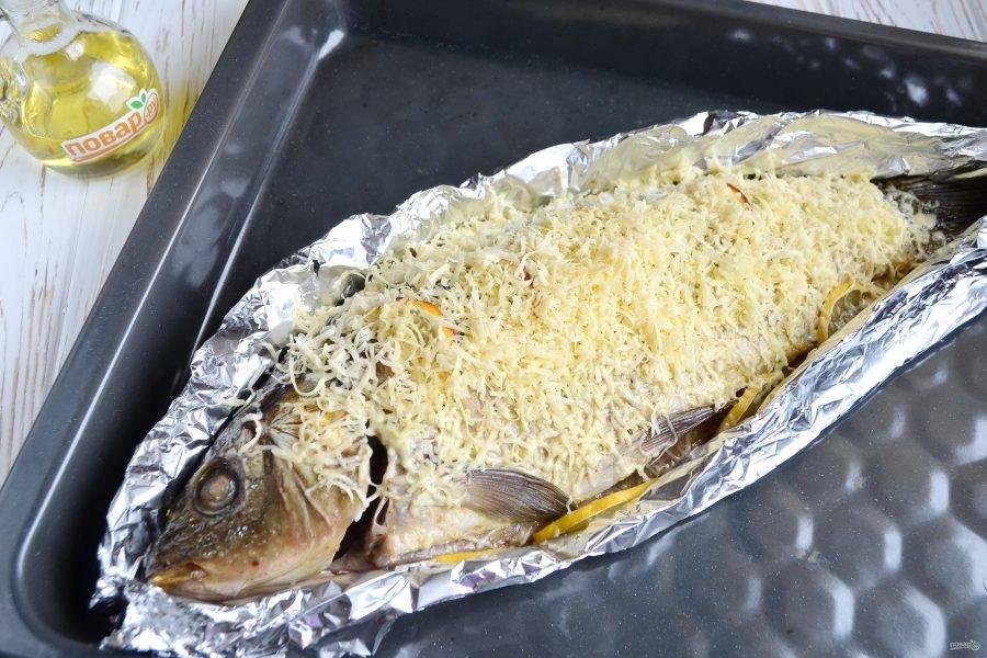 6. Достаньте рыбку, посыпьте тертым сыром, верните в духовку еще на 20-30 минут.