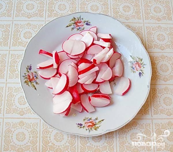 2.Для приготовления салата редис лучше брать некрупный, но плотный.  Сердцевина должна у редиса быть белоснежной. Промываем редис и нарезаем его колечками.