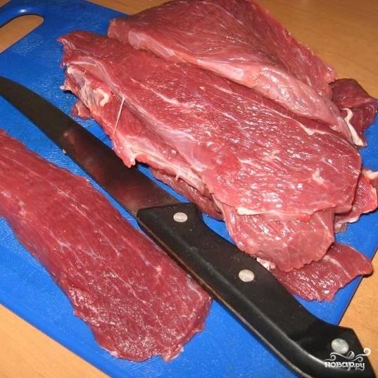 Мясо вымыть, обсушить, нарезать тонкими ломтиками.